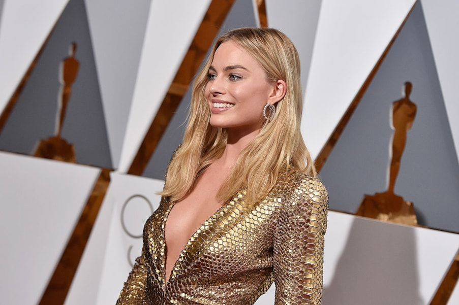 HOLLYWOOD, CA - FEBRUARY 28:  Actress Margot Robbie attends the 88th Annual Academy Awards at Hollywood & Highland Center on February 28, 2016 in Hollywood, California.  (Photo by Kevork Djansezian/Getty Images)